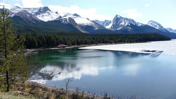 Maligne Lake deels bevroren