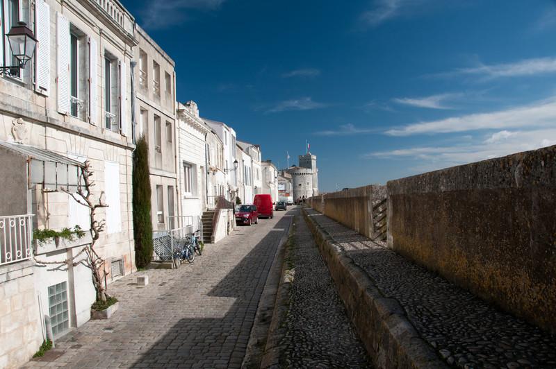 """Rue """"Sur les murs"""". En fait une portion de l'ancien chemin de ronde. La Rochelle, France"""