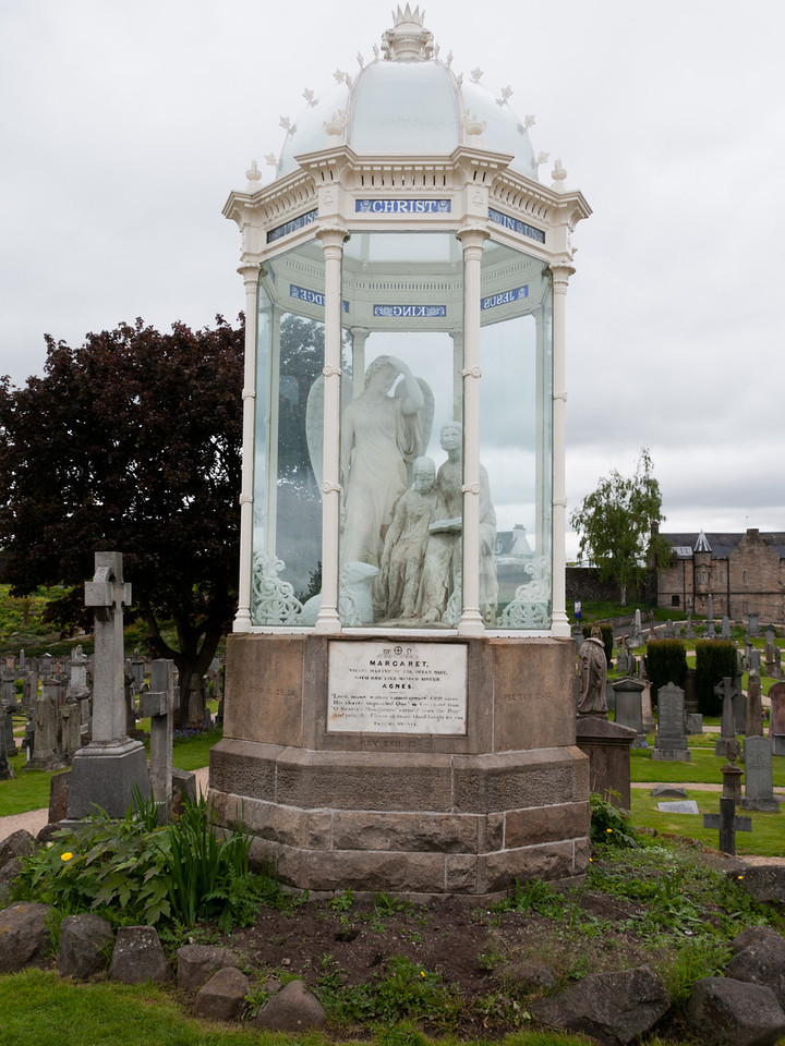 The enclosed statues tell the traditional story of Margaret Wilson (aged 18) who was executed by drowning for refusing to renounce her protestand faith. <br /> <br /> Stirling Scotland.