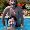 Zwemmen in het zwembad bij ons appartement.