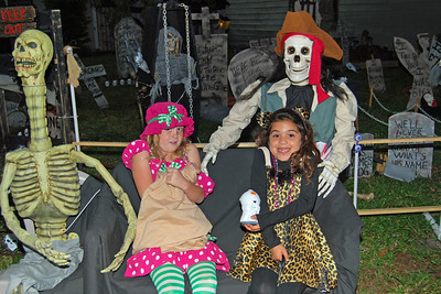 4046 2011 Halloween at the BOOva House