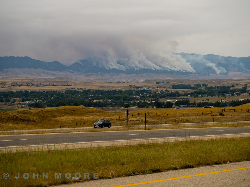 A view from Interstate 90 - a fast road (200 miles in 2.5 hours - couldn't do that in the UK). Stopped to see this massive fire. Another guy pulled up who was a local and told us that it had been shouldering form about a month but in thew last week the wind had changed and it had flared up. He said that is wasn't expected to died down until the snows came - quite a few weeks hence. No danger though - not many people lived up there!!! I guess the hills were Bighorn NP