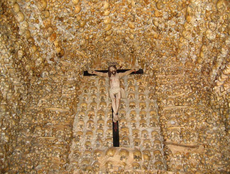 Capela dos Ossos in Alcantarilha; skeletten van 1500 parochianen ingemetseld als eerbetoon