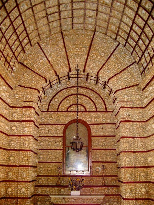 Capela dos Ossos van Igreja do Carmo in Faro