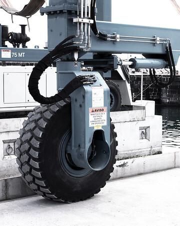 Mobile dock crane