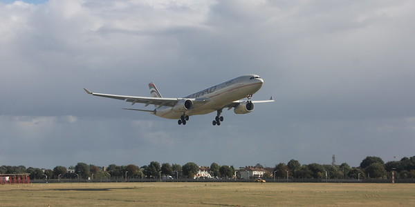 Unidentified Etihad aircraft landing on LHR runway 27L