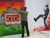 Expositie en live maken van graffiti voor de deur van het hotel