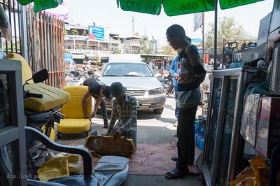 Met de taxi naar Kep. Eventjes wachten want eerst werd de bekleding van de zetels vervangen in de plaatselijke shop. Alles gebeurt op straat.
