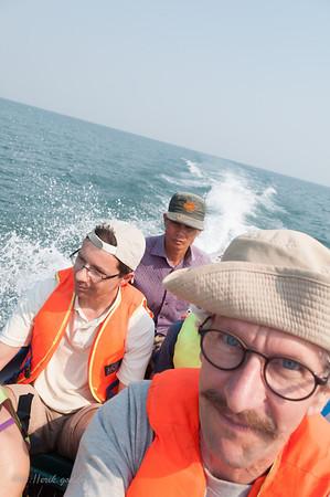 Met de speedboot naar een onbewoond eiland. Gebroken komen we aan ter bestemming. Daar vernemen we dat we met dezelfde boot terug moeten. We maken kennis met een Zwitser, een Hollander en een Frans koppel. Dat verzachte de pijn.