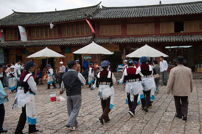 20080927_1814 Dancing at the SiFangJie (main square, old town Lijiang)