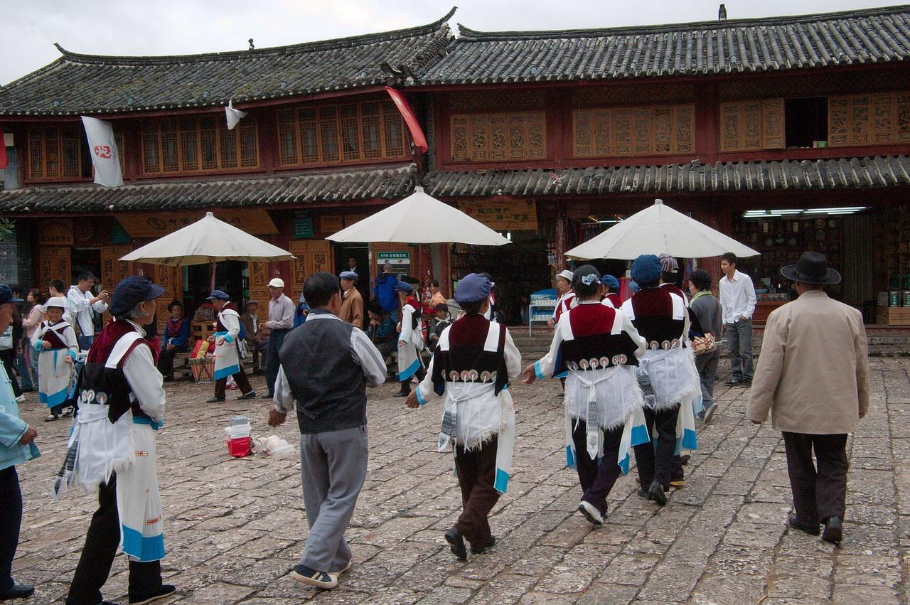 20080927_1814 Dancing at the SiFangJie (main square, old town Lijiang)