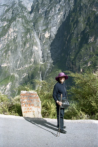 20080921_6_09ht Just after climbing out of the Middle Leaping Gorge. This is the marker for the (somewhat overgrown) path. Photograph taken with Sigma SA-300N 35mm film, scanned with Epson V700