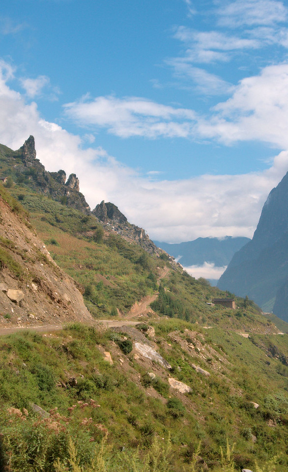 20080928_1861 虎跳峡 HuTiaoXia. The road between Upper and Middle Gorge. Partly sealed, but also partly rough gravel! There are a lot of landslides, perhaps all the road has been sealed at one time or another, but needs to be repaired frequently...
