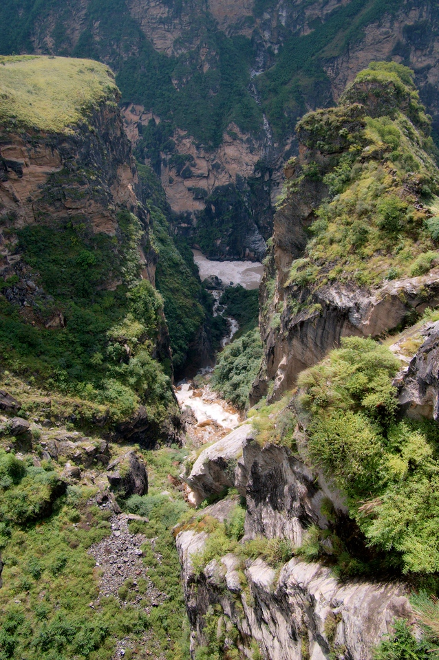20080929_1896 The 大深沟瀑布 big waterfall cascades into the Middle Gorge.