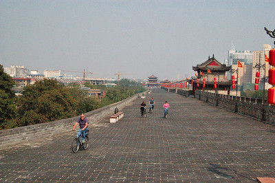 20081018_2018 Atop the Xian city wall. Looking north from the south-east corner. As of 2008, hiring a bicycle for 100 minutes costs 20 kuai, along with a 200 kuai deposit. I saw bicycles available for hire both at south gate, and at east gate. It took me just short of 100 minutes for me to ride the 13 kilometres, including rest and photo stops. It is a bumpy ride!