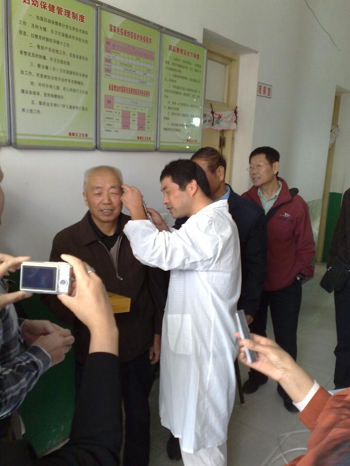 20081010_187 Using the new otoscope.