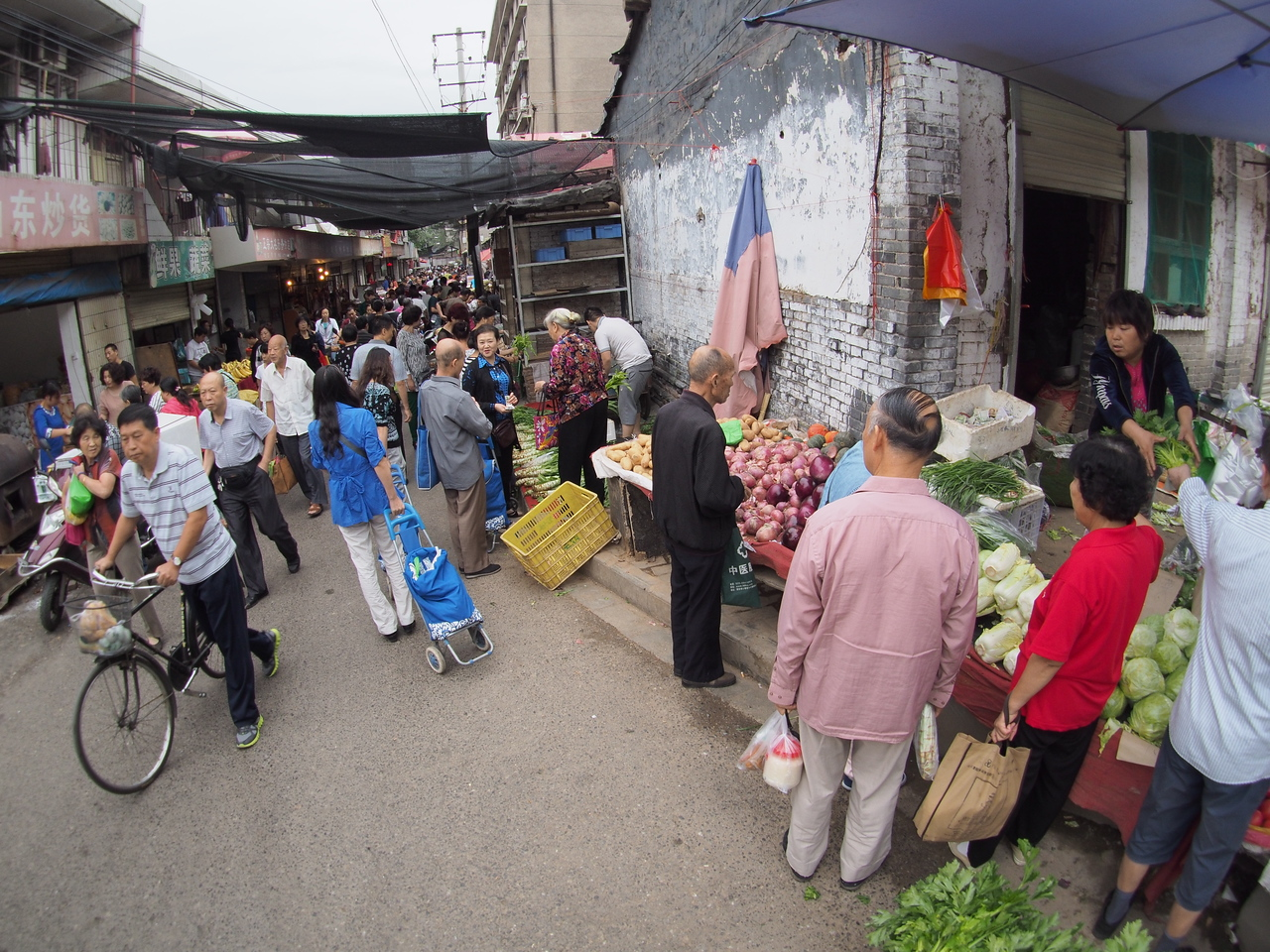 20150913_0846_1803 Sunday morning markets, inside the city wall of Xi'an