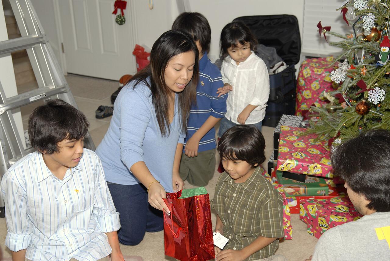 2006 12 24 - Xmas Eve at Joe and Mel's 040
