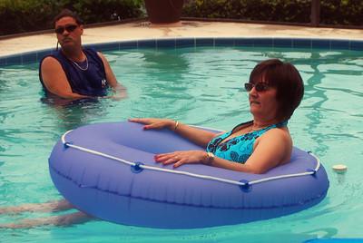 029 Lisa in Pool