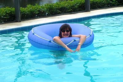 038 Lisa in Pool