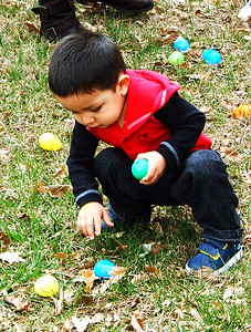 Diane Raver   The Herald-Tribune Youngsters searched for brightly-colored plastic eggs filled with goodies.
