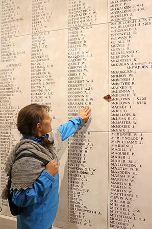 ...og Menin Gate med navnene på 54.896 savnede allierede soldater fra første verdenskrig.