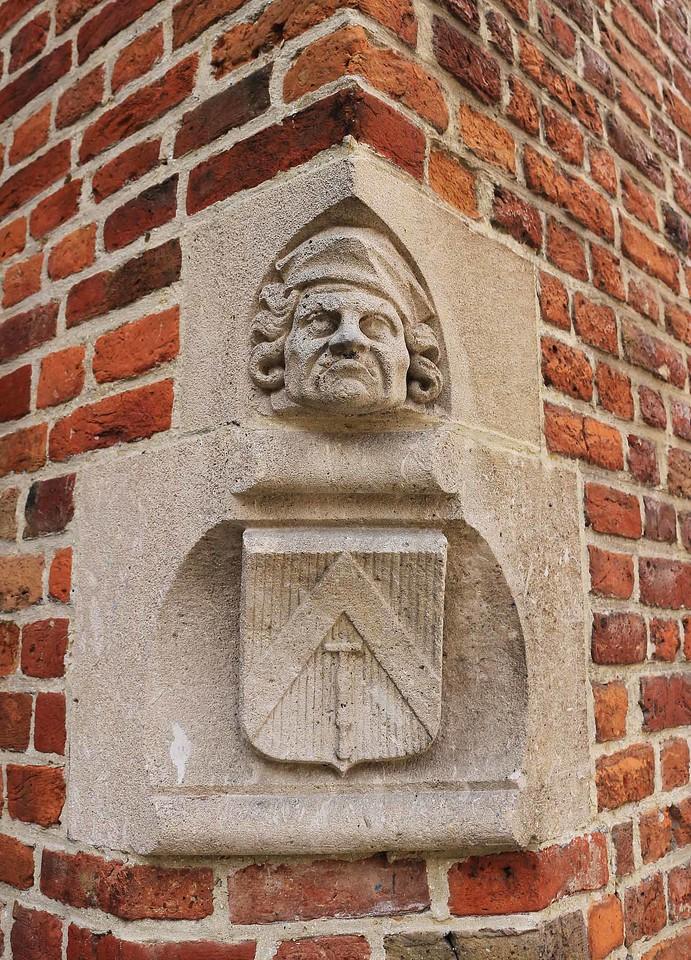 Et relief på hjørnet af et hus.
