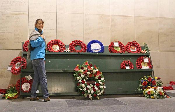 Hver aften siden 1928 er der blevet blæst en mindefanfare for de faldne, og der lægges dagligt kranse ved monumentet.