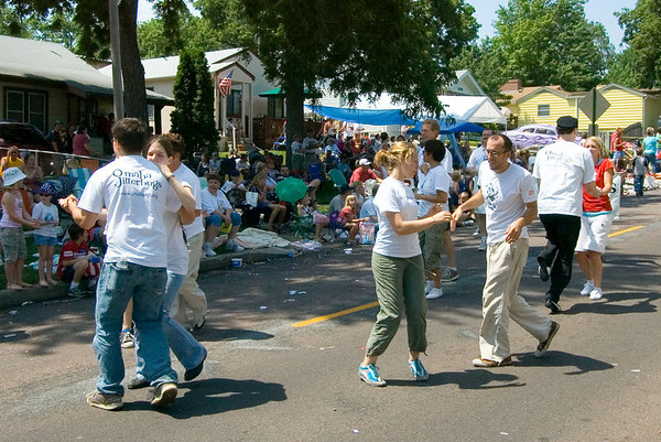 "<font size=""3"">These brave dancers did the jitterbug along the entire parade route.</font>"
