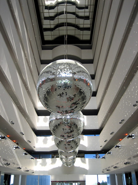 Wowie glitterbollen in de lobby van het hotel
