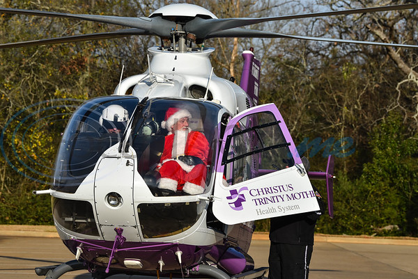 Santa Claus arrives by helicopter at the 3rd annual Jacksonville Jingle Jog on Saturday. The family-oriented event, sponsored by CHRISTUS, was open to runners, walkers, adults and children. (Jessica T. Payne/Tyler Morning Telegraph)