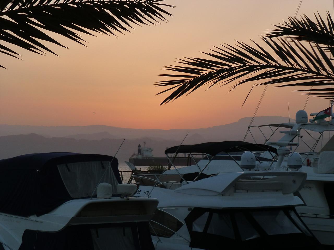 Yachthamn vid restaurang vid solnedgång