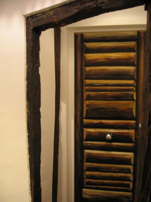Elke kamer in hotel Artus is door een kunstenaar ingericht inclusief de deuren. Je krijgt een sleutel van je kamer met de afbeelding van je deur ipv kamernummer.