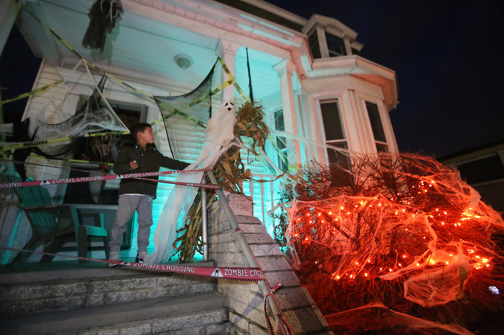 House At 619 Lakeview Ave Lowell Decorated For Halloween Michael Santos