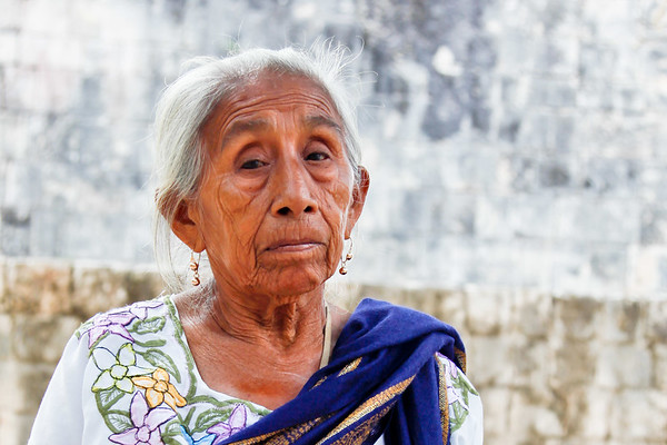 Local Mayan lady. Chichen Itza. Riviera 2010-6