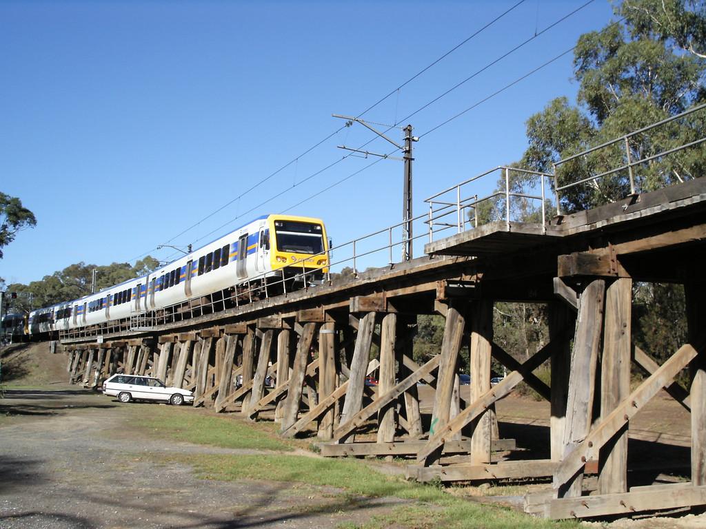 20060325_1633_0215 Travelling on the Main Yarra trail. Railway bridge between Eltham and Montmorency