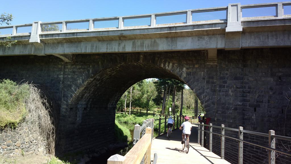 20131105_1113_0287 Darebin Creek trail passing under the Darebin Creek Bridge (Heidelberg Road)
