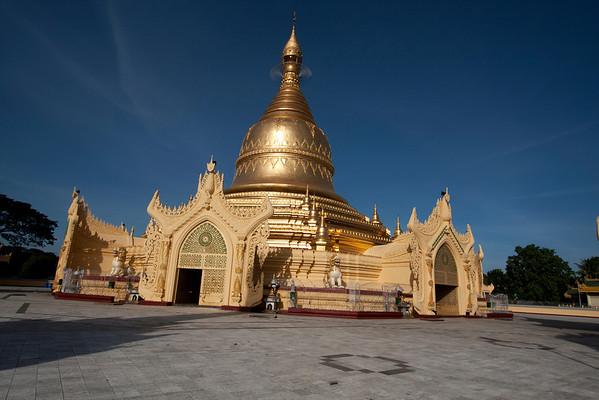 Mahavijaya Pagoda, very close to Shwedagon.
