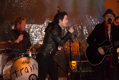 "Train sings ""Shake up Christmas"""
