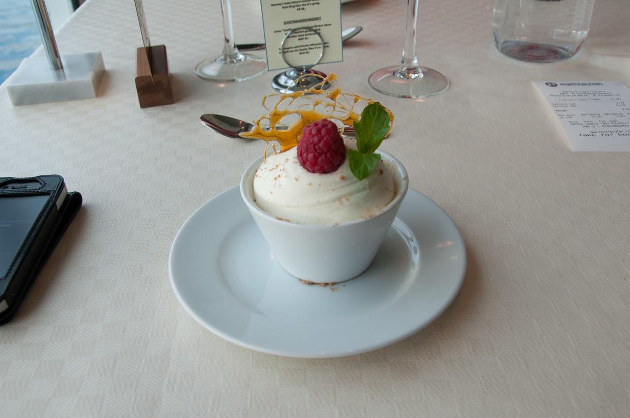 dessert, à bord de l'express côtier, entre bodo et les lofoten. <br /> Norvège.