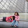 De zussen voor de piramide van het Louvre.