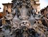 Mooie fontein op het plein tegenover het Pantheon