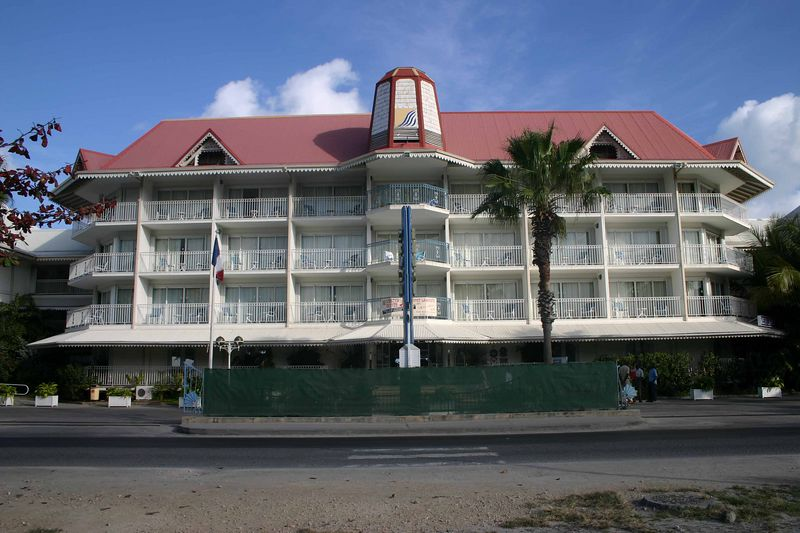 Its name is the Beach Plaza.  This is a view of the front of the hotel - that is, facing away from the ocean.