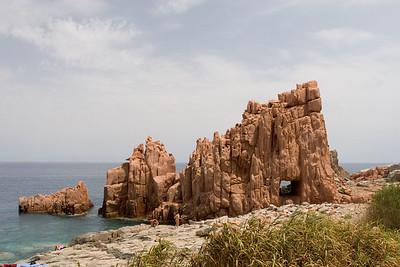 Rode rotsen bij Arbatax.