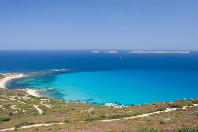 Vergezichten bij (en richting) Isola Serpentara.