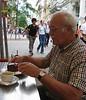 Bij Hotel Sacher uren in de rij, maar heerlijke koffie en taart is in Wenen gelukkig overal goed te vinden :-)