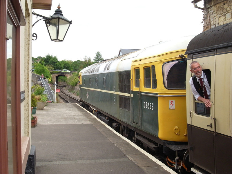 Class 33 D6566 about to depart from Watchet
