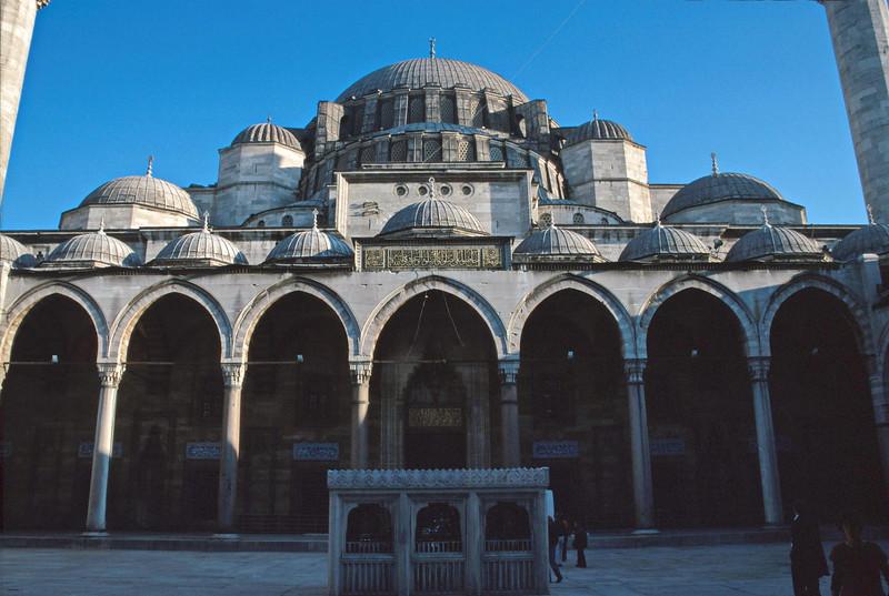 istanbul - suleymaniye mosque - courtyard