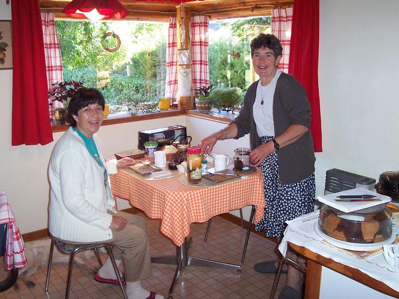 Esta es la casa donde alojamos de la familia Barria, unos amigos de Bariloche. Aqui mi mama aparece sentada junto a su amiga Elsa de Barria
