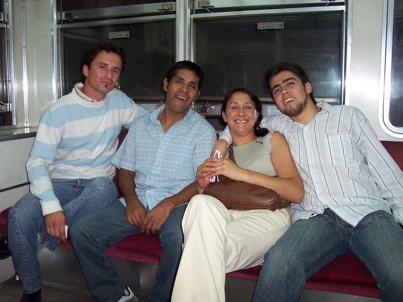 Comenzando mi visita en el Subte (Metro) de Bs. Aires. De izquierda a derecha: Tuqui, Orlando, Carla y yo.